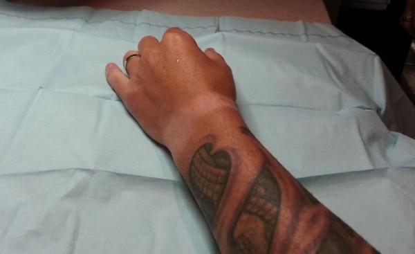 """Homem leva expressão """"NFC na sua mão"""" à letra"""